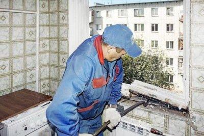 Демонтаж старого окна при замене на пластиковое